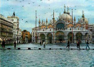 Acqua alta in piazza San Marco. Cartolina dall'Archivio fotografico SGI