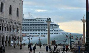 Nave da crociera di fronte a piazza San Marco. Foto di Andrea Merola-EPA