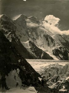 Il Broad Peack dalla morena sinistra del Ghiacciaio Savoia affluente di destra del ghiacciaio Godwin Austen - Foto di Vittorio Sella