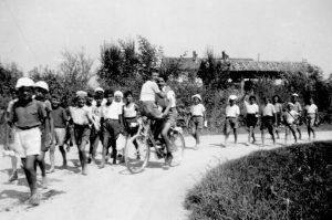 - Ragazzi dell'oratorio di SS Nazaro e Celso presso la Cascina Battivacco, 1946 (fonte: facebook.com/storiadellabarona/)