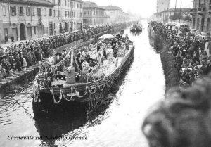 Carnevale in transito sul Naviglio Grande presso la chiesa di San Cristoforo, anni 50 (fonte: facebook.com/storiadellabarona/)