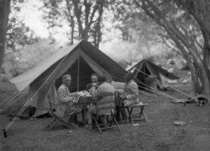 Giotto Dainelli e altri componenti della missione presso il campo di Sati. Spedizione Dainelli nel Tibet occidentale e Karakorum orientale (1930)