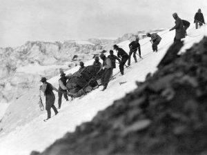 ) Vittorio Sella, Passaggio difficile per la slitta nella discesa sul lato sinistro del basso Ghiacciaio Seward, Alaska. 1897. Foto della Fondazione Sella onlus