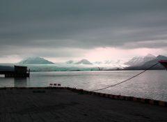 Vista del ghiacciao Nordenskjøldbree dal molo di Pyramiden